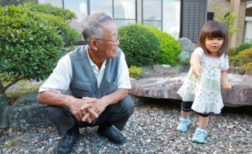 二世帯住宅で遊ぶおじいちゃんと孫